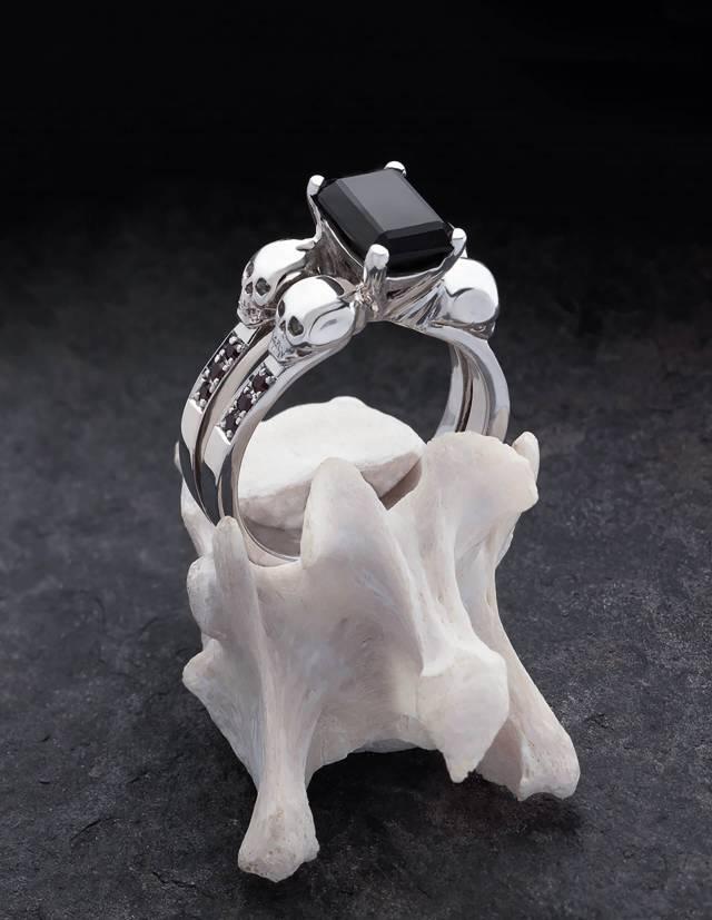 DAEMONA: ein großer gothic Ring mit schwarzen Diamanten. Ein besonderer Damenring mit Totenköpfen und einem schwarzen, rechteckigen Edelstein.