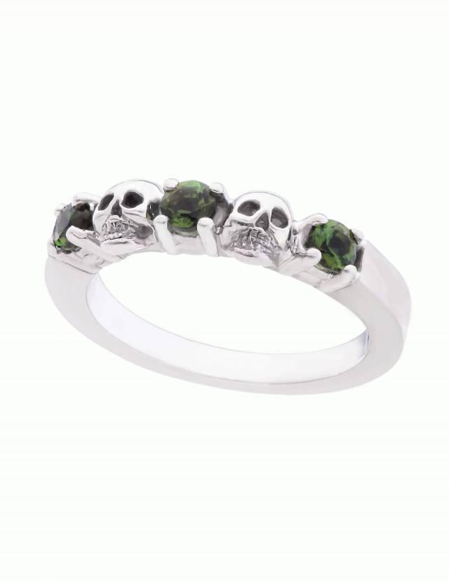 Echidna ist ein schmaler Ehering mit Totenköpfen und echten Edelsteinen deiner Wahl aus Silber. Zwei Totenköpfe und drei runde Edelsteine sind abwechselnd auf einem glatten Band angeordnet. Seitenansicht.
