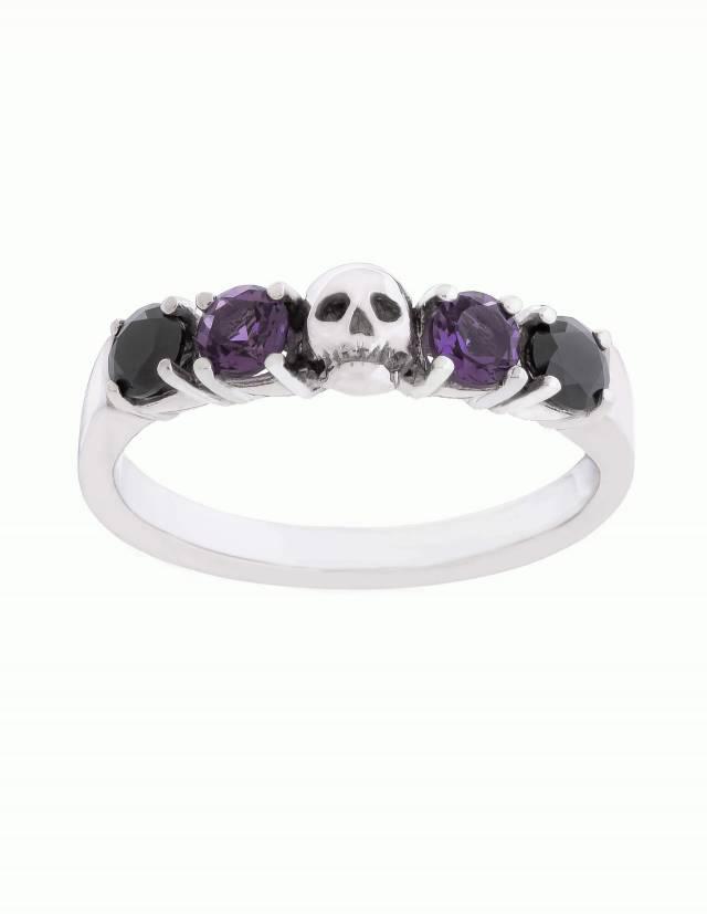 Helice ist ein prachtvoller Ehering mit einem Totenkopf umgeben von vier runden Edelsteinen. Der Ring ist aus Silber gefertigt in der Goldschmiede Kipkalinka. Ansicht von vorne.