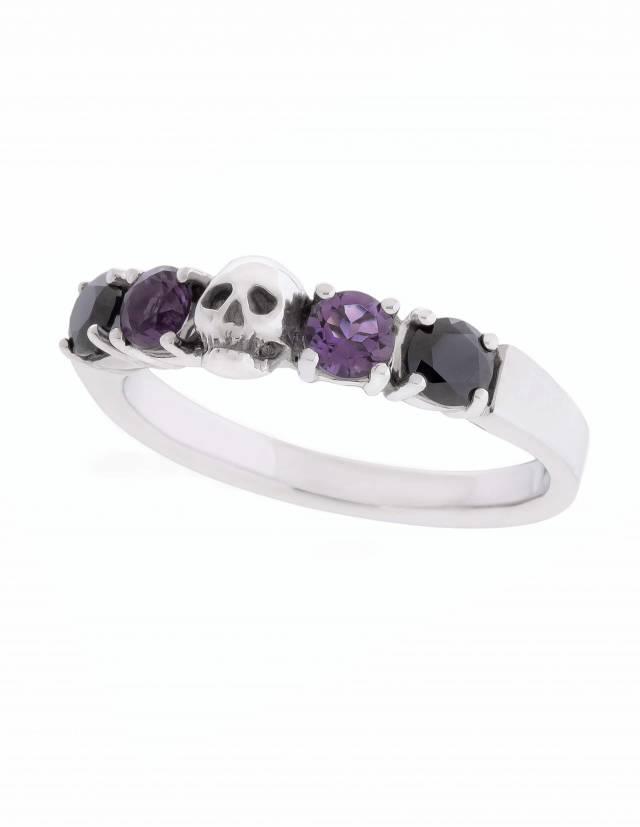 Helice ist ein prachtvoller Ehering mit einem Totenkopf umgeben von vier runden Edelsteinen. Der Ring ist aus Silber gefertigt in der Goldschmiede Kipkalinka. Seitenansicht.