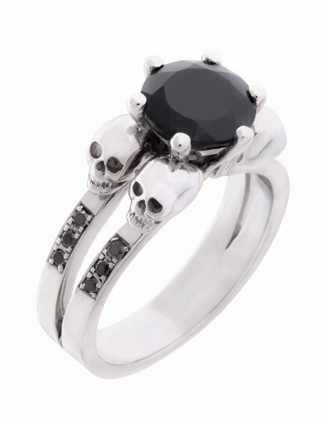 Lilith ist ein eleganter Totenkopfring mit schwarzen Diamanten und einem runden, schwarzen Edelstein. Der Ring ist aus Silber und der perfekte gothic Verlobungsring. Ansicht von vorn.