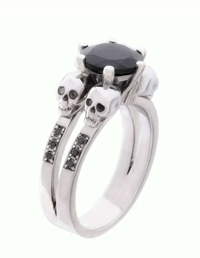Lilith ist ein eleganter Totenkopfring mit schwarzen Diamanten und einem runden, schwarzen Edelstein. Der Ring ist aus Silber und der perfekte gothic Verlobungsring. Seitenansicht.
