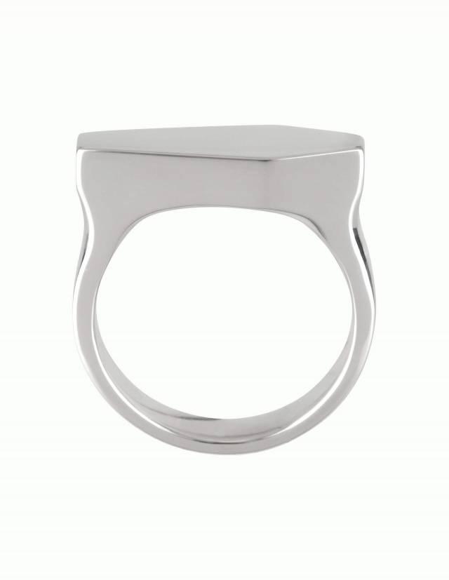 Necromance ist ein großer Siegelring in Form eines Sarges. Die Oberfläche des Ringes aus 925er Silber ist glatt und glänzend. Die Kanten der Ringschiene sind angenehm gerundet. Das Design ist massiv, schlicht und elegant. Seitenansicht.