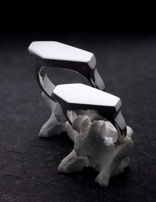Necromance sind ein Paar gothic Trauringe aus 925er Silber. Es sind Siegelringe in Form eines Sarges. Das Design ist sehr massiv, schlicht und elegant. Die Ringe sind auf Knochen zu sehen.