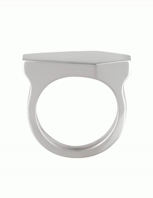 Necromance ist ein Siegelring in Form eines Sarges aus 925er Silber. Das Design ist sehr massiv, schlicht und elegant. Die Oberfläche des Ringes ist glatt und glänzend. Die Ringschiene ist angenehm gerundet und hat einen Verlauf. Foto direkt von der Seite.