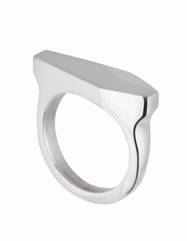 Necromance ist ein Siegelring in Form eines Sarges aus 925er Silber. Das Design ist sehr massiv, schlicht und elegant. Die Oberfläche des Ringes ist glatt und glänzend. Die Ringschiene ist angenehm gerundet und hat einen Verlauf. Foto leicht seitlich.