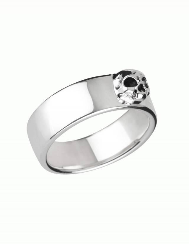 Amun ist ein schlichter Bandring aus Silber mit detailliertem Totenkopf ohne Unterkiefer. Der Ring hat eine flache, innen und außen ganz leicht gewölbte Form. Seitenansicht.