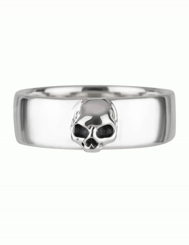 Amun ist ein schlichter Bandring aus Silber mit detailliertem Totenkopf ohne Unterkiefer. Der Ring hat eine flache, innen und außen ganz leicht gewölbte Form. Frontalansicht.